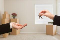 Wręczać Nad Domowymi kluczami W pokoju z Upakowanymi chodzeń pudełkami Zdjęcie Royalty Free