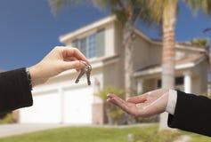 Wręczać Nad nowym domem i kluczami Obraz Stock