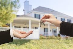 Wręczać Nad nowym domem i kluczami Zdjęcie Stock