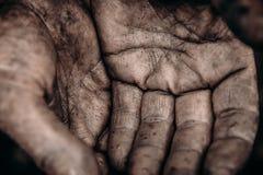 Wręcza żebraka, bezdomny palmowy nastroszony w górę Pojęcie pyta dla datków zdjęcia royalty free