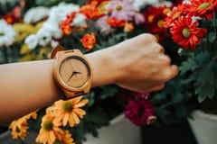 Wręcza biznesowej kobiety jest ubranym drewnianego zegarek z kopii bea i przestrzenią zdjęcie royalty free