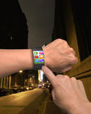 Wręcza być ubranym cienkiego ekran mądrze zegarek z apps fotografia stock