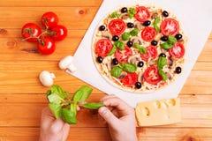 Wręcza chef& x27; s kulinarna włoska pizza fotografia royalty free