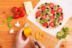 Wręcza chef& x27; s kulinarna włoska pizza zdjęcia royalty free