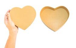 Wręcza chwytowi Brown Kierowego papierowego pudełka dekiel i opróżnia rozpieczętowanego serca pudełko, Zdjęcie Stock