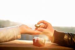 Wręcza czekać serce i obsługuje rękę trzyma złotego serce Zdjęcie Royalty Free