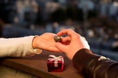 Wręcza czekać serce i obsługuje rękę trzyma złotego serce Fotografia Royalty Free