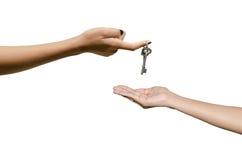 Wręcza dawać kluczowi odizolowywającemu na białym tle Zdjęcie Royalty Free