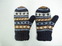 Wręcza dzianin rękawiczki z błękitnym złota i bielu wzorem zdjęcia royalty free