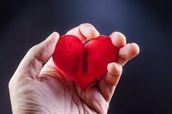wręcza gnieść czerwonego serce, atak serca, miłość problemu pojęcie zdjęcia stock