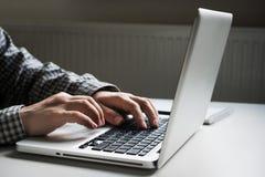 wręcza klawiaturowego laptop Zdjęcie Royalty Free