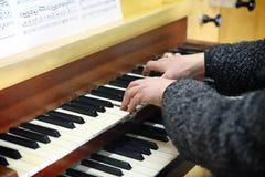 wręcza klawiaturowego pianino obrazy stock