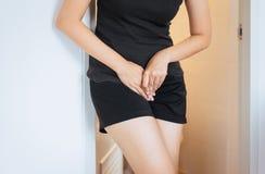 Wręcza kobiety trzyma jej crotch, Żeńska potrzeba siusiać zdjęcia stock