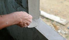 Wręcza mężczyzna obmycia cement Zdjęcie Royalty Free