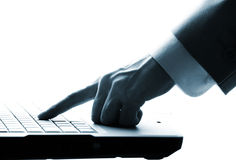 wręcza męski pisać na maszynie laptopowi Obrazy Royalty Free