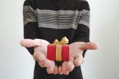 Wręcza mienia daje prezenta pudełku lub otrzymywa, płytka głębia pole, selekcyjna ostrość na prezenta pudełku na białym tle, Obrazy Stock