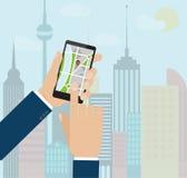 Wręcza mienia smartphone z mobilną gps nawigacją na ekranie Obrazy Stock