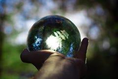 wręcza mienie kryształową kulę z żółtymi drzewami i słońcem na b zdjęcia royalty free