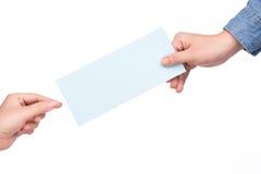 Wręcza mienie linii lotniczej abordażu przepustki bilet odizolowywającego nad bielem Fotografia Royalty Free