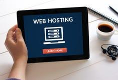 Wręcza mienie pastylkę z web hosting pojęciem na ekranie Fotografia Stock