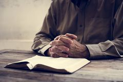 Wręcza modlitewną wiarę w chrześcijaństwo religii fotografia royalty free