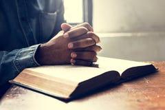 Wręcza modlitewną wiarę w chrześcijaństwo religii obraz stock