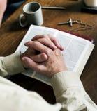 Wręcza modlitewną wiarę w chrześcijaństwo religii fotografia stock
