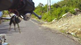 Wręcza motocyklisty na handlebar motocykl podczas gdy jadący na drodze Mężczyzny motocyklisty jazda na motocyklu zbiory wideo