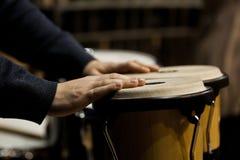 Wręcza muzyka bawić się bongo Obraz Stock