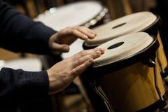 Wręcza muzyka bawić się bongo Obraz Royalty Free
