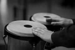 Wręcza muzyka bawić się bongo Obrazy Royalty Free