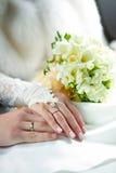 wręcza nowożeńcy zdjęcia royalty free