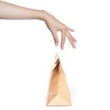 Wręcza papierową torbę zrywaniu. obrazy stock