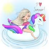 Wręcza patroszone piękne śliczne lato dziewczyny z dużą nadmuchiwaną jednorożec zdjęcia stock