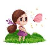 Wręcza patroszonego portret śliczna mała dziewczynka z długie włosy pozycją na zielonej trawie obok latającego motyla Obrazy Stock