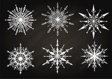 Wręcza patroszonych płatki śniegu na chalkboard dla projekta elementu Obraz Stock