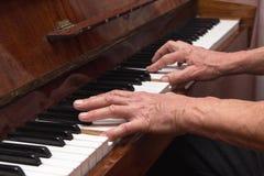 Wręcza pianisty bawić się klasycznego pianino Fotografia Stock