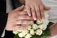 wręcza pierścionków target2403_1_ nowożeńcy fotografia royalty free