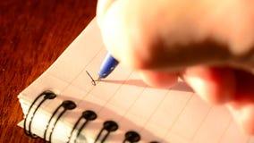 Wręcza pisać KOCHANEGO tata z błękitnym ballpoint piórem w notepad zbiory
