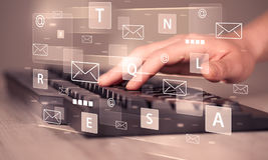 Wręcza pisać na maszynie na klawiaturze z cyfrowymi technik ikonami Obraz Royalty Free