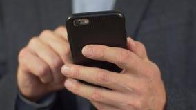 Wręcza pisać na maszynie sms wiadomość na smartphone