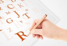 Wręcza pisać różnorodnych listach na białym prostym papierze Zdjęcia Stock