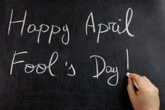 Wręcza pisać Szczęśliwym Kwietnia durnia s dnia blackboard chalkboard Obrazy Royalty Free