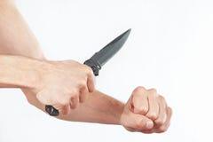 Wręcza pozycję atakować z nożem na białym tle Fotografia Stock