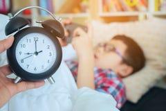 Wręcza przedstawienie out dla budzika na ranku, chłopiec bawić się w gama obraz stock