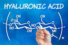 Wręcza rysować chemiczną formułę hyalurowy kwas Fotografia Royalty Free