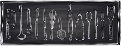 Wręcza rysującego set kuchenni naczynia na chalkboard Fotografia Royalty Free