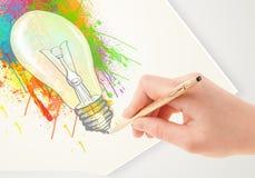 Wręcza rysunkową kolorową pomysł żarówkę z piórem Obrazy Royalty Free