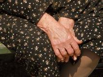 wręcza starej kobiety marszczącej Obraz Royalty Free