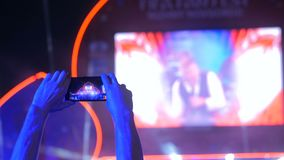 Wręcza sylwetce magnetofonowego wideo muzyka na żywo rockowy koncert z smartphone zbiory wideo